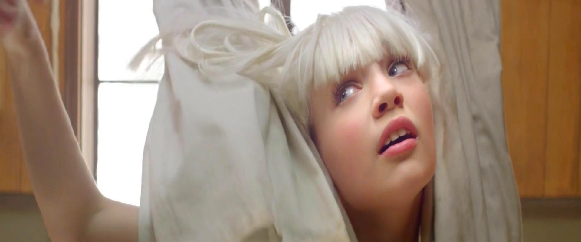 Скачать клип Sia - Chandelier бесплатно по прямой ссылке без...